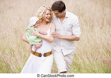 家族の歩くこと, 屋外で, 微笑