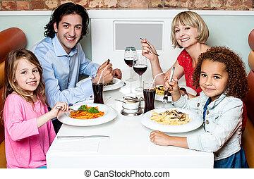 家族の食べること, 一緒に, 中に, a, レストラン
