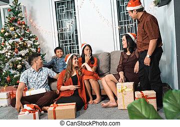 家族の クリスマス, 日, 収集