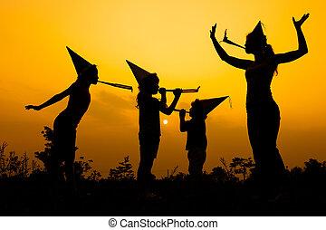 家族, ダンス, time., 日没, 道, 幸せ