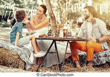 家族, ポジティブ, 喜ばせられた, 持つこと, 屋外で, 食事