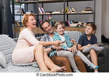 家族, モデル, 出費, 監視, ソファー, tv, 親, 時間, 微笑, 子供, 幸せ