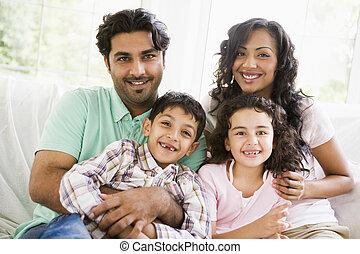 家族, 中に, 反響室, ソファーの上に座る, 微笑, (high, key)
