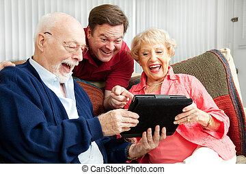 家族, 使用, タブレットの pc, そして, 笑い