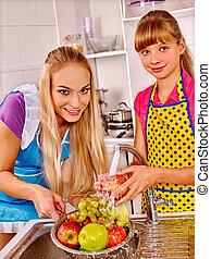 家族, 子と一緒に, 果物を洗う, ∥において∥, kitchen.