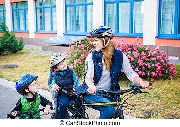 家族, 屋外で, サイクリング, 自転車, 母, 乗馬, 子供, 幸せ