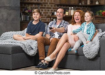 家族, 監視, 一緒に座る, ソファー, 朗らかである, tv, 親, 時間, 費やしなさい, 子供, 幸せ