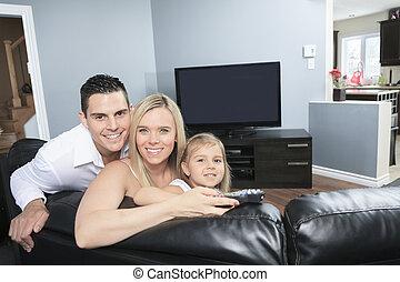 家族, 監視 tv, 若い, 一緒に, 家