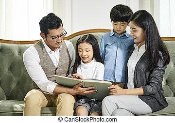 家族, 読書, 一緒に, 2人の子供たち, 本, アジア人
