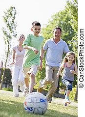 家族, 遊び, 屋外で, 楽しみ, サッカー, 持つこと