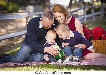 家族, 開始, 公園, 若い, 贈り物, 小さい, クリスマス