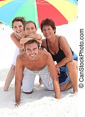 家族, holidaying, 上に, a, 砂のビーチ