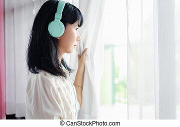 家, ぼんやりしている, ドア, とどまること, 女性の 地位, ヘッドホン, 身に着けていること, アジア人