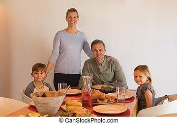 家, モデル, 食事をしているテーブル, 家族, 幸せ