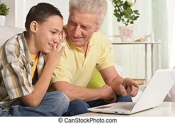 家, ラップトップ, 使うこと, 孫, 祖父