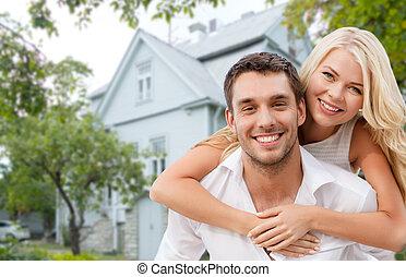 家, 上に, 抱き合う, 背景, 微笑, 恋人