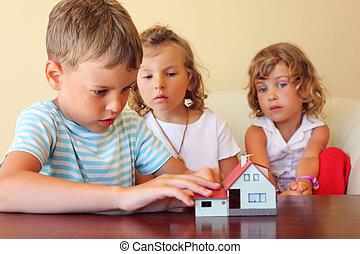 家, 保温カバー, モデル, 一緒に, テーブル, 3, 地位, 子供, 部屋, 見る