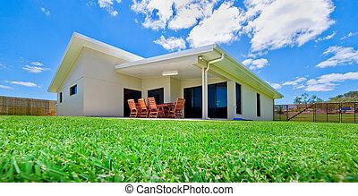 家, 同时,, 草坪