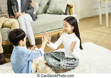 家, 姉妹, アジア人, 兄弟, 遊び