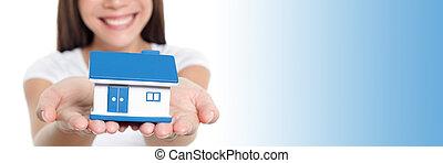 家, 実質, 女, panorama., 青, ミニチュア, 旗, 家, 保護, 提示, 手を持つ, おもちゃ, コピー, 微笑, スペース, 保険, 財産, 概念