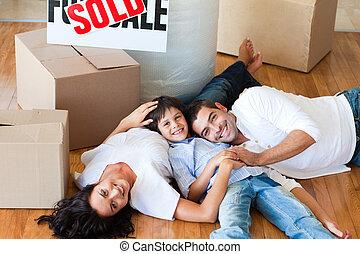 家, 床, ∥(彼・それ)ら∥, 新しい, 微笑, あること, 家族