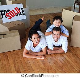 家, 床, 微笑, カメラ, 引っ越し, 家族