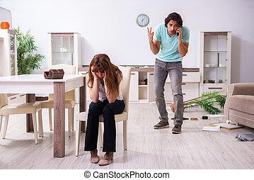 家, ∥(彼・それ)ら∥, robbed, 住居侵入, 若い, 後で, 見いだされた, 恋人, 強盗
