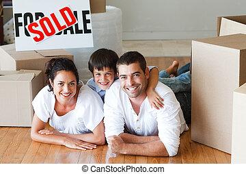 家, 箱, 床, あること, 購入, 後で, 家族, 幸せ