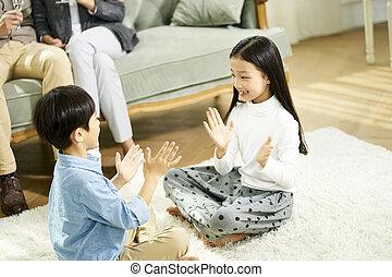 家, 遊び, アジア人, 2人の子供たち