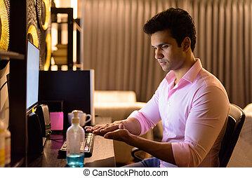 家, 間, indian, 検疫, 時間外労働, の間, 若い, ハンサム, ビジネスマン, 手, sanitizer, 仕事, 使うこと
