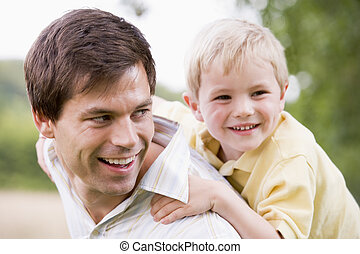 寄付, 乗車, 父, 息子, piggyback, 屋外で, 微笑