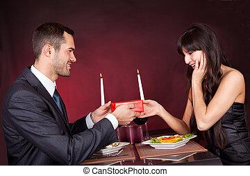 寄付, 男の女性, プレゼント, レストラン