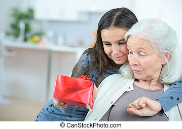 寄付, 贈り物, 祖母