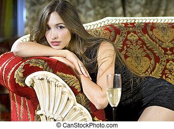 富有, 妇女, 在上, a, 红, 昂贵, 沙发