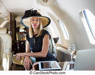 富有, 妇女, 私人的喷气机, 坐