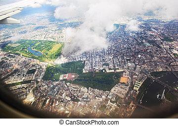 察看, 伦敦, 从, the, 窗口, 在中, 一, 飞机, 通过, the, 云