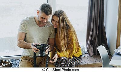専門家, カメラマン, 人, 写真を見せる, 上に, デジタルカメラ, へ, 学生, 女の子, ∥において∥, 個人的, materclass, 中に, 写真の スタジオ, 屋内