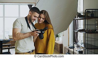 専門家, カメラマン, 人, 写真を見せる, 上に, デジタルカメラ, へ, 美しい, モデル, 女の子, 中に, 写真の スタジオ, 屋内