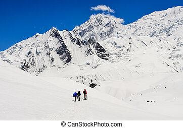 小さいグループ, の, 山, trekkers, 中に, 高く, 冬, ヒマラヤ山脈, 山, ネパール