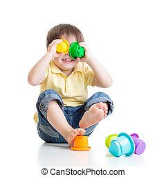 小さい子供, ある, おもちゃで遊ぶ, 間, 床の上に座る, 隔離された, 上に, 白