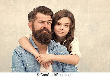 小さい子供, 父, 女の子, 持つこと, best., あごひげを生やしている, 小さい, 抱き合う, grimacing, 灰色, friend., バックグラウンド。, 娘, 一緒に。, 楽しみ, 私