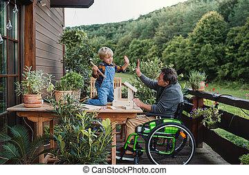 小さい, シニア, diy, project., 男の子, 祖父, 建設すること, birdhouse, 車椅子