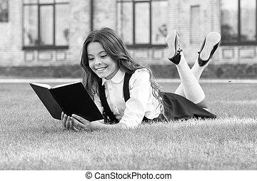 小さい, 学校, 子供, concept., outdoors., お気に入り, ユニフォーム, 本, book., 芝生, 基本, レッスン, 空気。, 教育, 新たに, 卵を生む, 文学, 勉強, education., 女生徒, 子供, かわいい, 読書