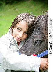 小さい 男の子, ∥で∥, 馬
