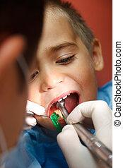 小さい 男の子, ∥において∥, 歯科医