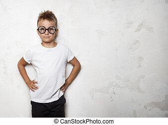 小さい 男の子, 微笑, 上に, ∥, コンクリート, 背景, そして, サングラスをかける