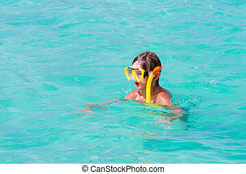 小さい 男の子, snorkeling, 上に, a, 熱帯 浜