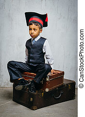 小さい, 黒い帽子, 古い, 座る, スーツケース, 男の子, 卒業