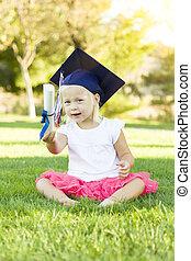 小女孩, 在, 草, 穿, 畢業帽子, 藏品, 畢業証書, 由于, 帶子
