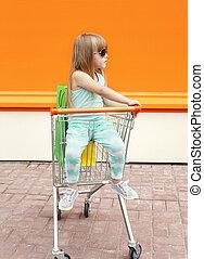小女孩, 孩子, 坐, 在, 購物車, 由于, 袋子, 在戶外